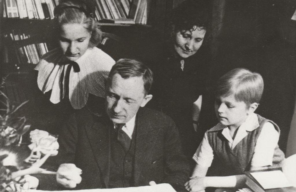 A. H. Tammsaare perega – tütar Riita, abikaasa Käthe ja poeg Eerik.
